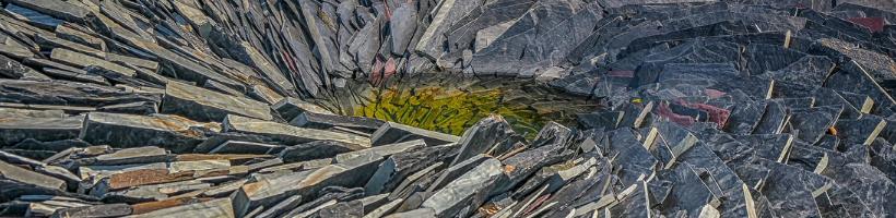 Kiviä kerroksittain spiraalin muodossa; Henkinen kasvu on kerroksellista.
